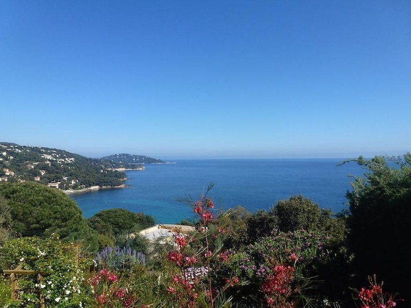 T2 climatisé  superbe vue mer, dans villa indépendante calme   & plages à pied, alquiler vacacional en Le Lavandou