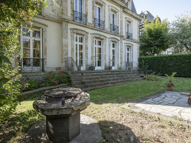 Bel appartement de caractère centre ville avec jardin privatif, location de vacances à La Bourboule