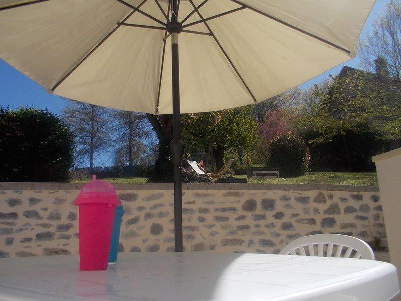 Au coeur de Vigeois, tout près de la Vézère, avec un grand jardin, holiday rental in Correze