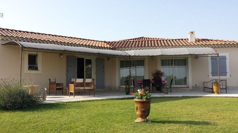 Maison calme avec piscine proche d''AVIGNON et de SAINT REMY DE PROVENCE, vacation rental in Aramon