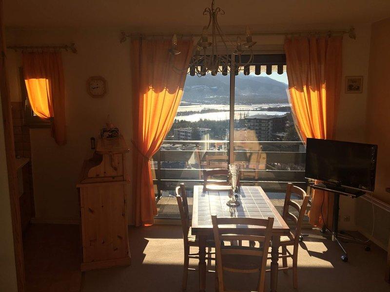 Appartement 4 personnes - superbe vue Panoramique sur Montagne et Plan d'eau, holiday rental in Puy-Sanieres