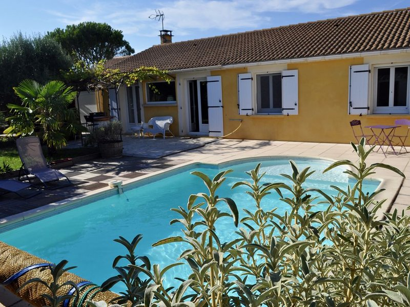 Jolie maison avec jardin paysagé et piscine, location de vacances à Divajeu