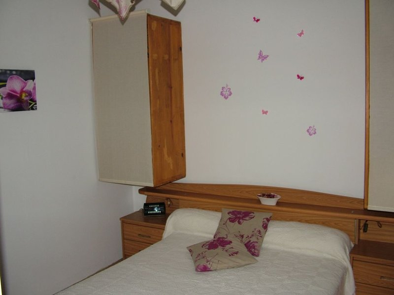 Ancien four à prune, plain-pied, indépendant, 1 chambre, jardin clos, vacation rental in Brugnac