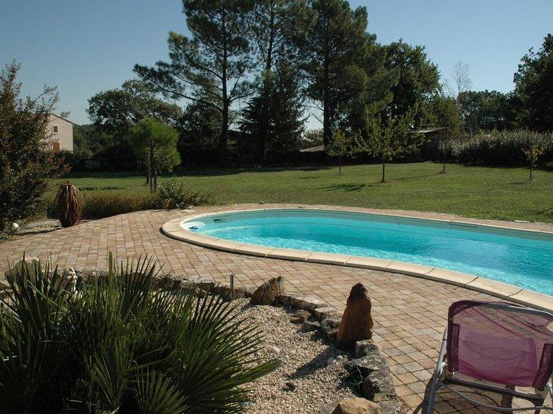 Maison près d'Uzès avec piscine dans un village au calme, holiday rental in Saint-Laurent-La-Vernede