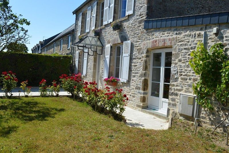 Charmante maison typique située à 2.5 km de la Plage -idéal séjour bord de mer, vacation rental in Denneville