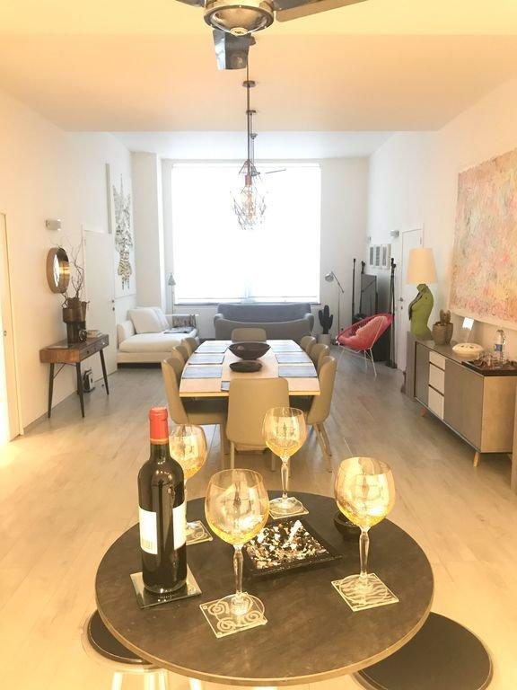 Gran recepción abierta, sala de estar, comedor, cocina abierta.