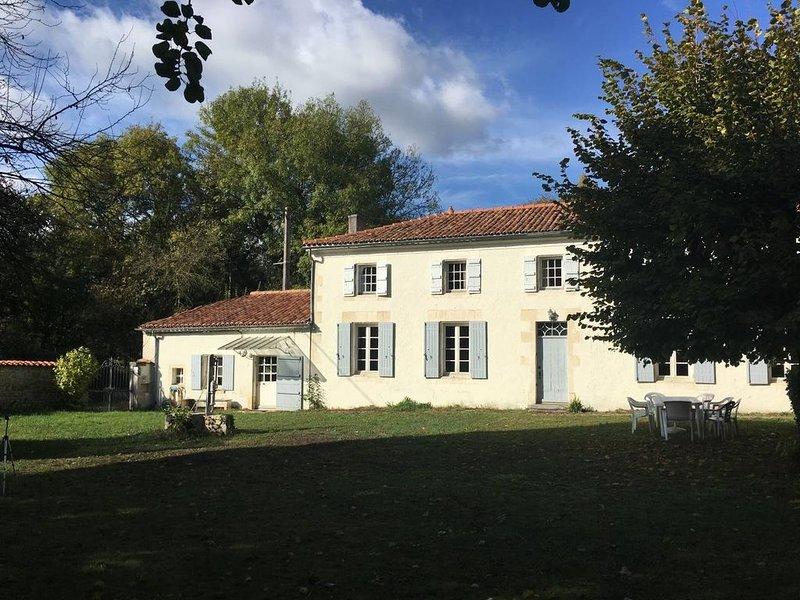 'La Louvière' Grande maison à 30 mn de la mer... dans la campagne Charentaise, location de vacances à Villeneuve-La-Comtesse