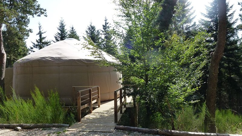 1 yourte contemporaine tout confort située dans un bois en terrasse avec vue., holiday rental in Satillieu