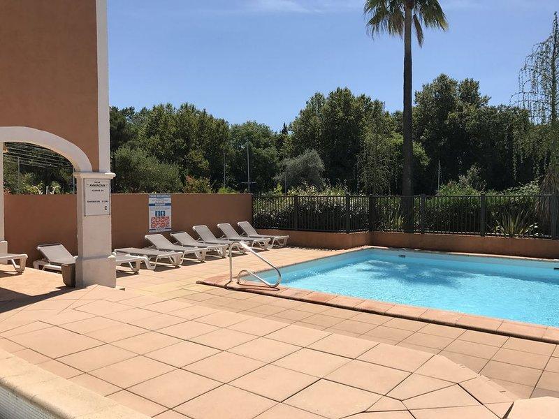 Appartement 2 Chambres avec piscine et parking en sous sol, holiday rental in Grimaud