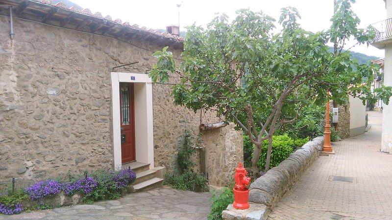 APPARTMENT pour 2 personnes/WIFI GRATUIT/Jardin/Vieux Village/TT Confort, holiday rental in Fuilla