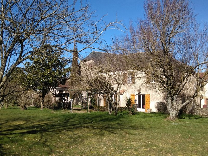 Gîte 4 à 8 personnes dans maison de caractère, vacation rental in Mirandol Bourgnounac