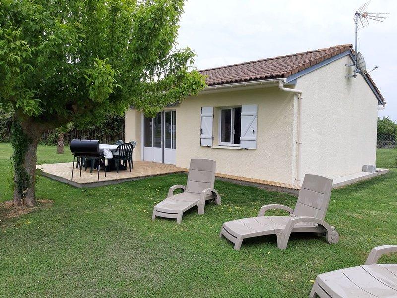Maison classée 3 Étoiles  entierement rénovée avec jardin  à 800 m des plages, aluguéis de temporada em Le Verdon Sur Mer