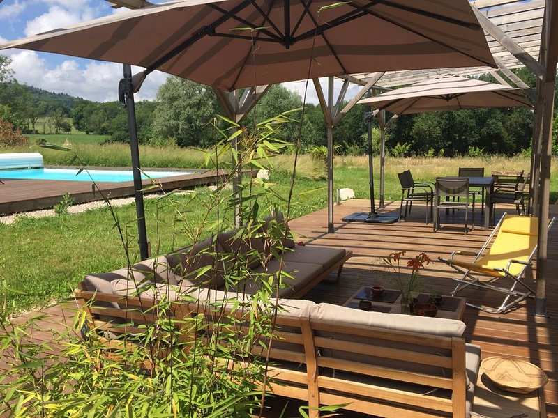 Nature et sérénité entre lac et montagne, grande terrasse et jardin de 6000 m2, location de vacances à Bellegarde-sur-Valserine
