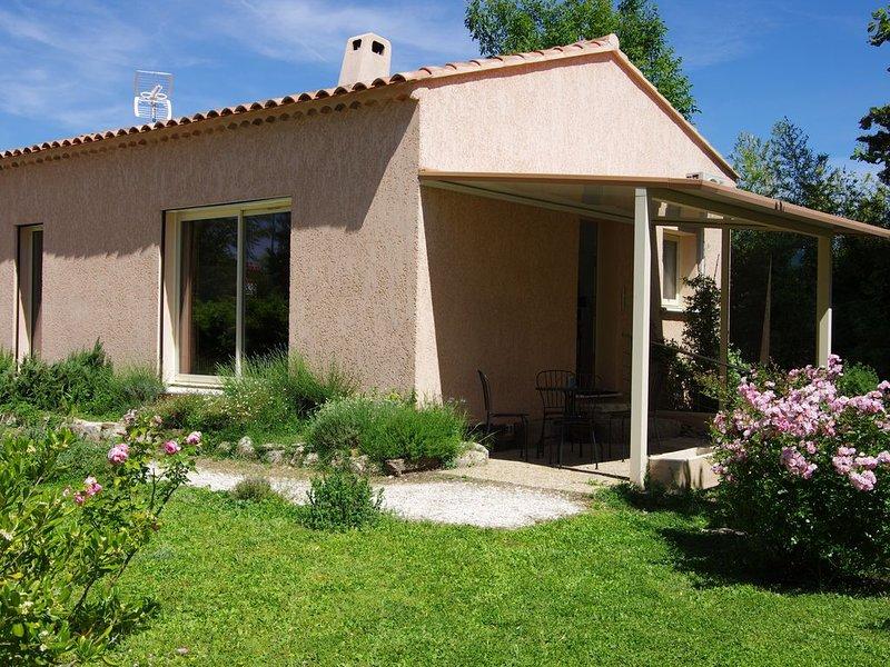 Maison individuelle climatisée 60m2 avec jardin, location de vacances à Eyguières