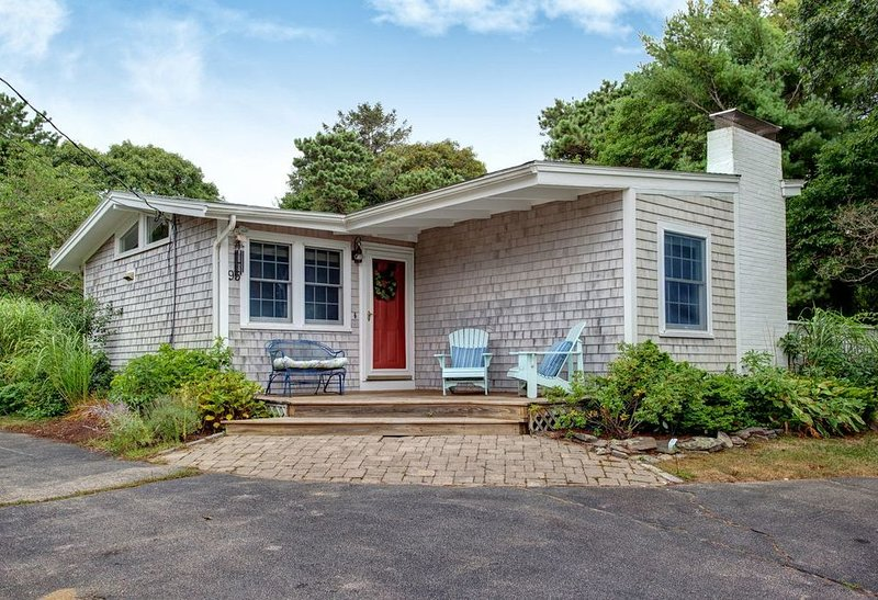 Renovated & Updated - New Silver Beach Cottage, North Falmouth, Walk to Beach, vacation rental in Falmouth