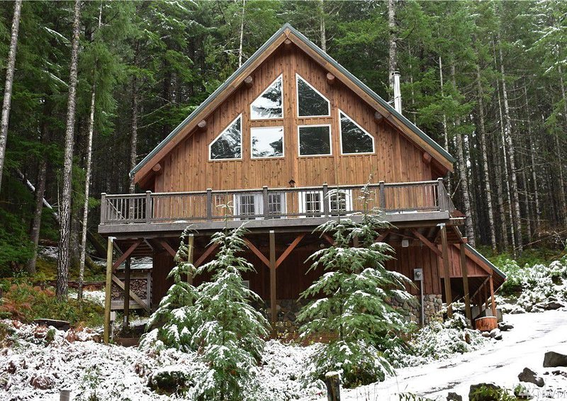 Tri-level 10-person Mountain Home w/Hot Tub near skiing & Mt Rainier NP, holiday rental in Packwood