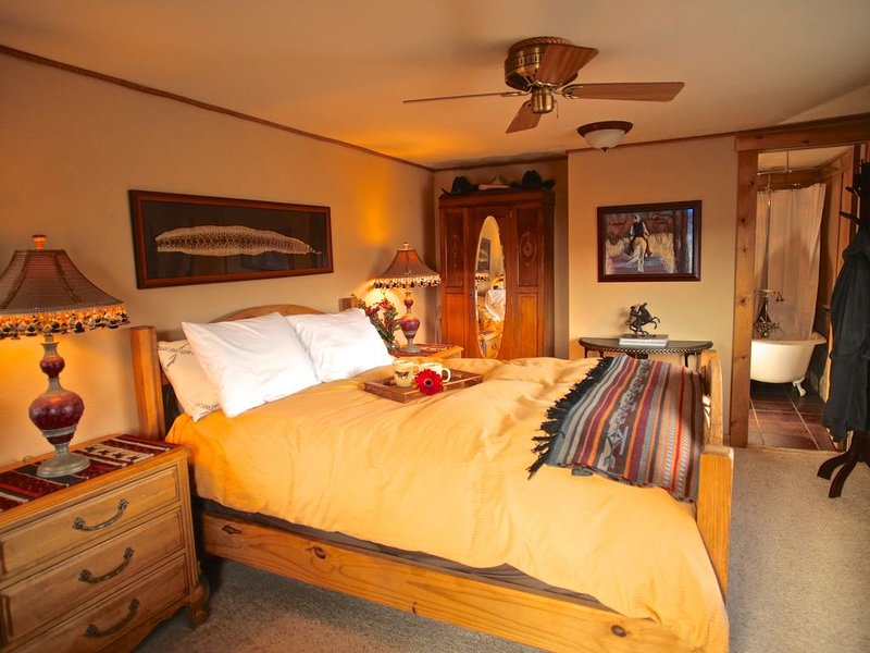 B&B ~ SunDance Room ~ A True Western Experience with a sophisticated ambiance, vacation rental in Livermore