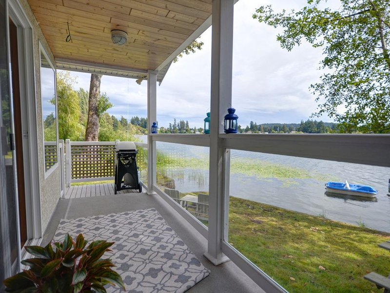 ✺ ❁ Lake Front Oasis - Close to All Amenities ❁ ✺, alquiler de vacaciones en Metchosin