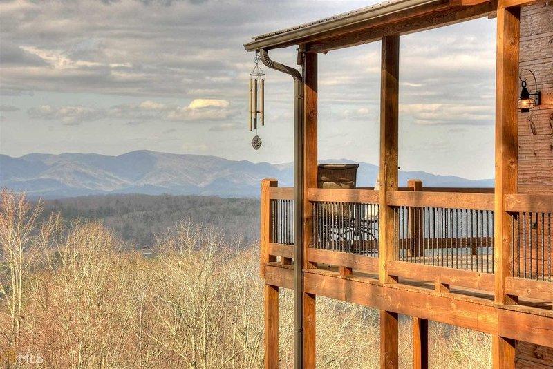 Luxury Blue Ridge cabin with long range, 3 state views!, location de vacances à Blue Ridge