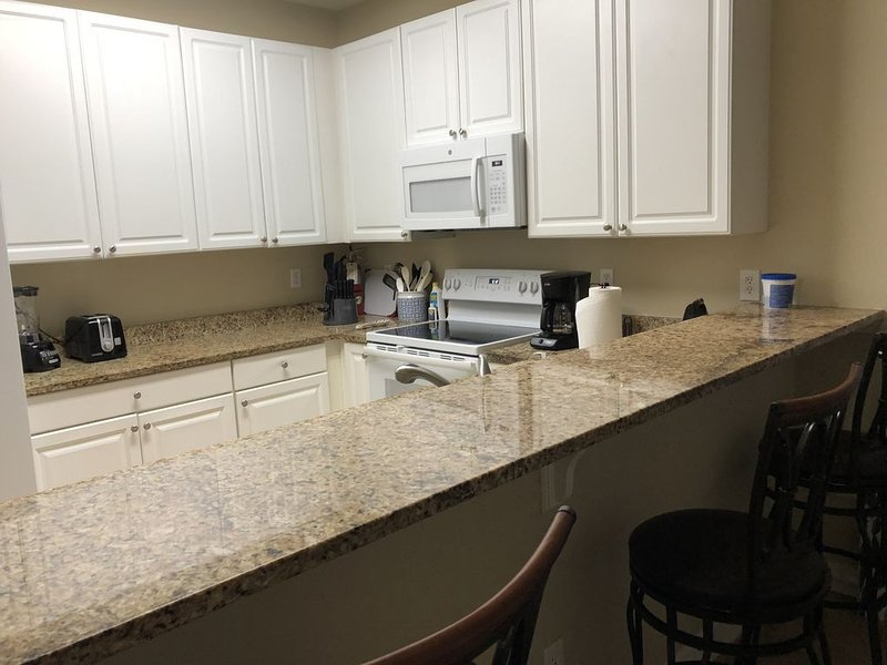 Newly redone condo steps to the pool. 1.4 miles to the Beach!!, vacation rental in Gulf Shores
