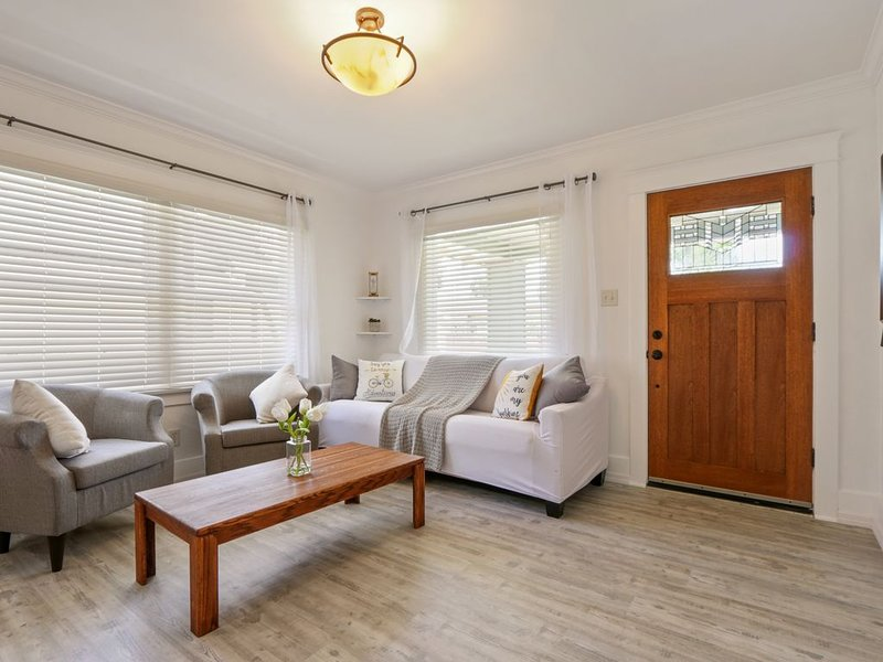 Charming California craftsman house in Belmont heights, holiday rental in Lakewood