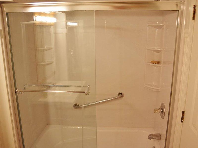 En bas salle de bain complète.