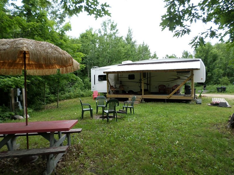 Private RV/Camp setting with lake access located 5 miles from Itasca State Park, location de vacances à Shevlin