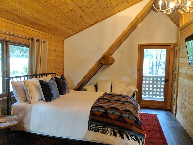 Modern log cabin minutes away from Kiana Lodge, Clearwater Casino and Poulsbo., holiday rental in Keyport