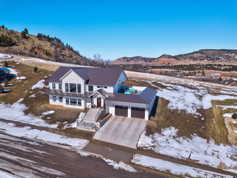 Large Modern Farmhouse with Rooftop Deck!, holiday rental in Spearfish