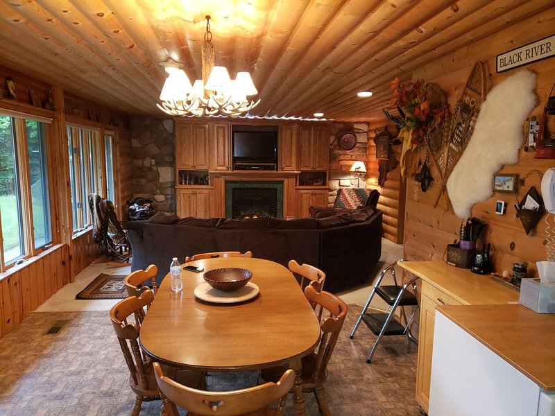 Cozy Cabin in the woods - Perfect spot off Jackson Co. trails, vacation rental in Alma Center