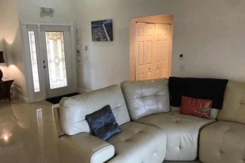 Golfcourse Home with heated pool!, location de vacances à North Lauderdale