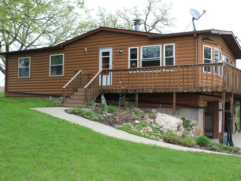 27 Acre Northeast Iowa Wooded Property with Cabin on a Trout Stream, holiday rental in New Albin