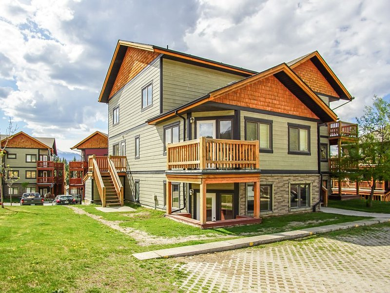 Stylish 2 BR condo in Radium Hot Springs - Only 1.5h to Banff!, location de vacances à Radium Hot Springs