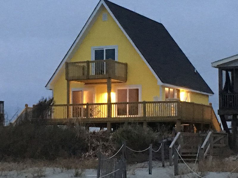 Oceanfront - Sunny inside and out!, alquiler de vacaciones en Holden Beach
