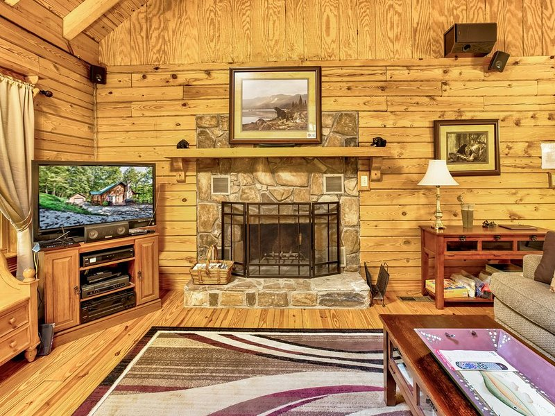 Log home in peaceful cove. Great for multiple families. Paddle board included, location de vacances à Norris