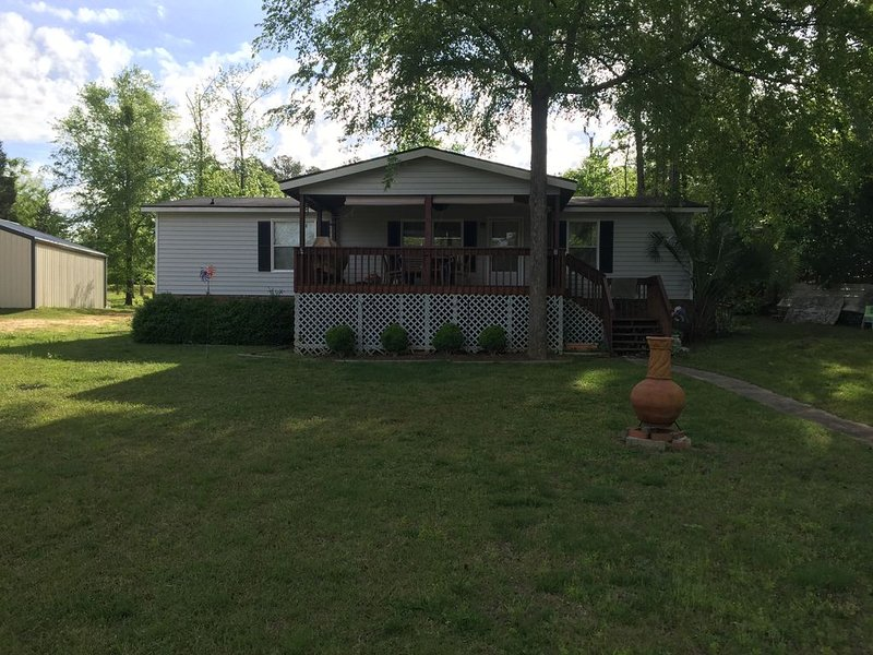 Pet and kid friendly Lakehouse with private dock, holiday rental in Prosperity