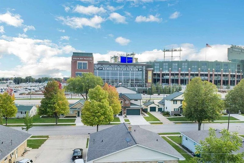 Great view of Lambeau Field from the patio! Remodeled Home &  New Party Garage!, holiday rental in Luxemburg