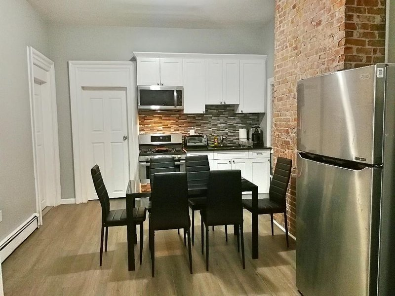 BIG APT WITH PARKING & EASY PUBLIC TRANSPO TO NYC!, aluguéis de temporada em Jersey City