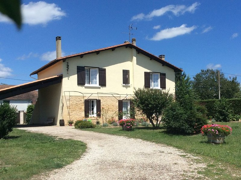 Beautiful countryside house in Bergerac, location de vacances à Ginestet