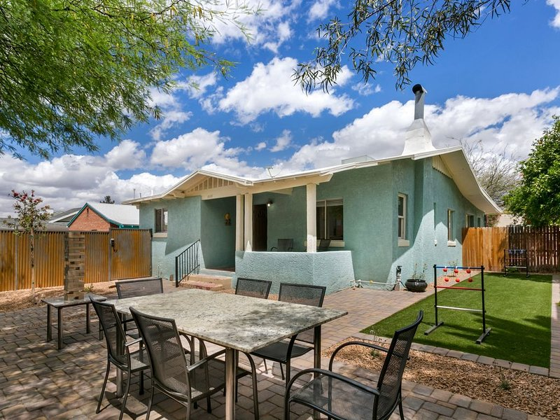 Fun newly renovated cottage close to UofA & downtown!!, holiday rental in Tucson