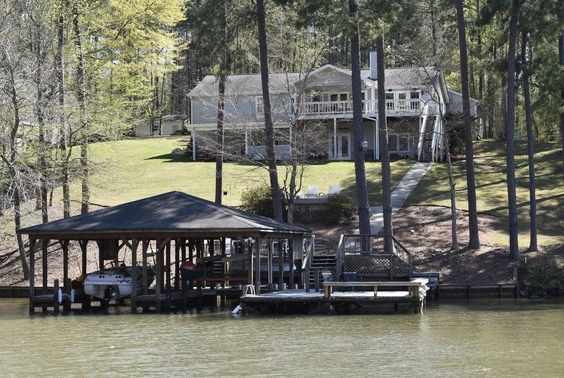 Spacious Lakefront Home on Quiet Deep Water Cove with Amazing Views!, vacation rental in Milledgeville