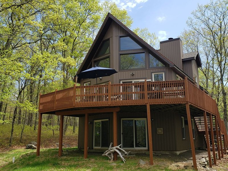 Beautiful remodeled property Mt. Top view scenic stream in back on a cul de sac., holiday rental in Bushkill