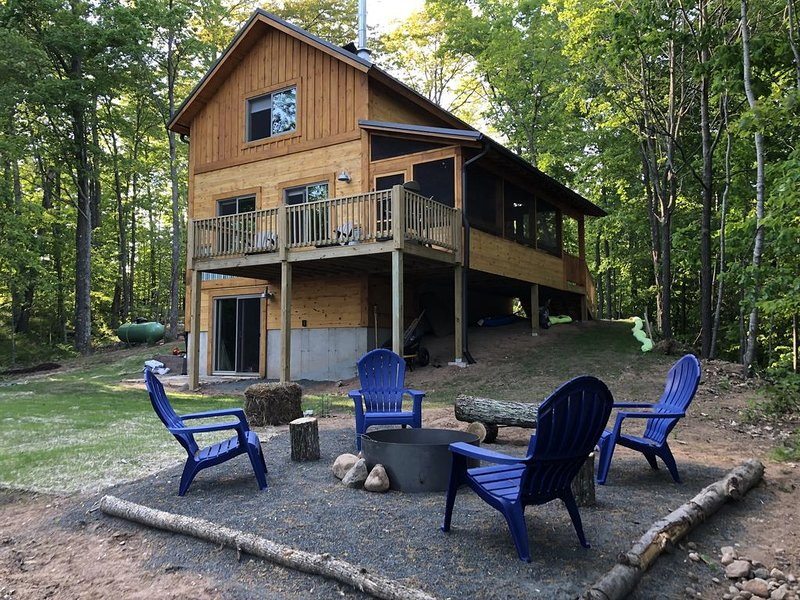 ★Peaceful, New Cabin on a Secluded Lake!  Cozy cabin for a relaxing Getaway★, alquiler de vacaciones en Hayward