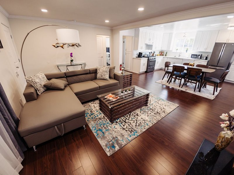 Centrally Located Trendy Home,10 min to Everything P24, vacation rental in Burbank