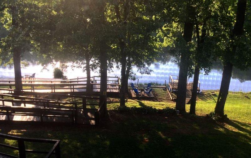 Lil' Piece of Heaven Lake house  and Handicap access, alquiler de vacaciones en Franklin