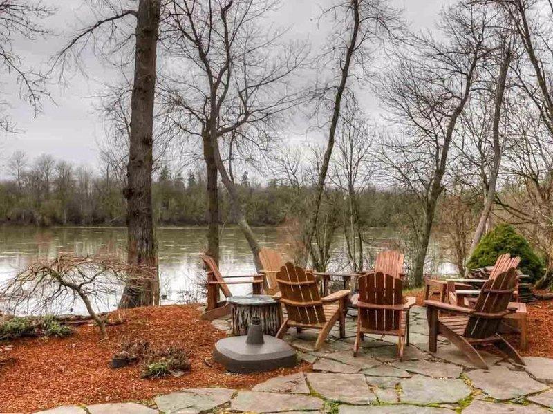 The River Retreat- 5 Bedroom Home on The Willamette River in Salem Oregon, location de vacances à Sublimity