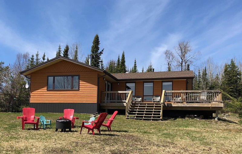 Gorgeous Waterfront Lake Superior Cottage With Sauna!, holiday rental in Thunder Bay District