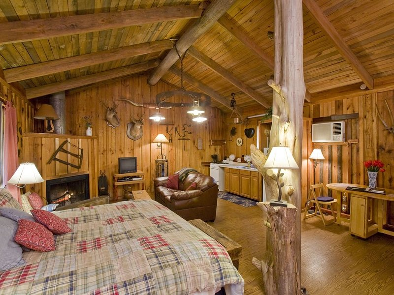 Sawmill Suite at Panther Valley Ranch, holiday rental in Fountain Lake