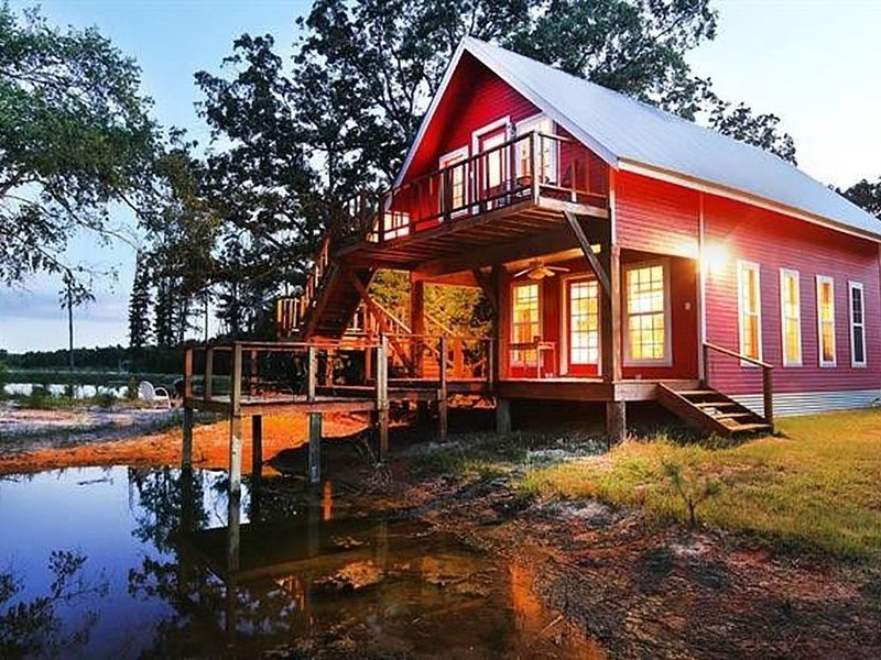 Wonderful 13 Acre East Texas Getaway near Canton on 3 Stocked Ponds!, holiday rental in Eustace