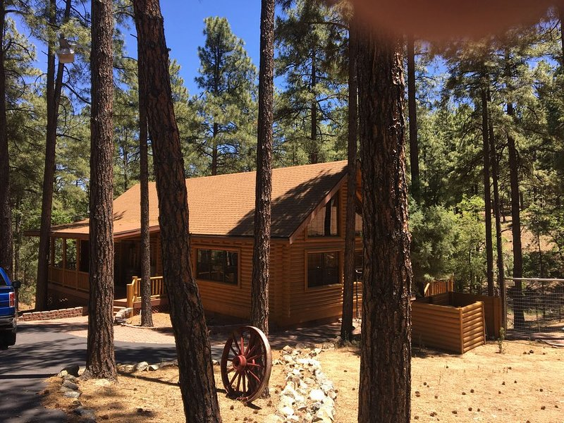 Beautiful Log Cabin on an acre in the tall pines with fenced yard for dogs!, aluguéis de temporada em Prescott